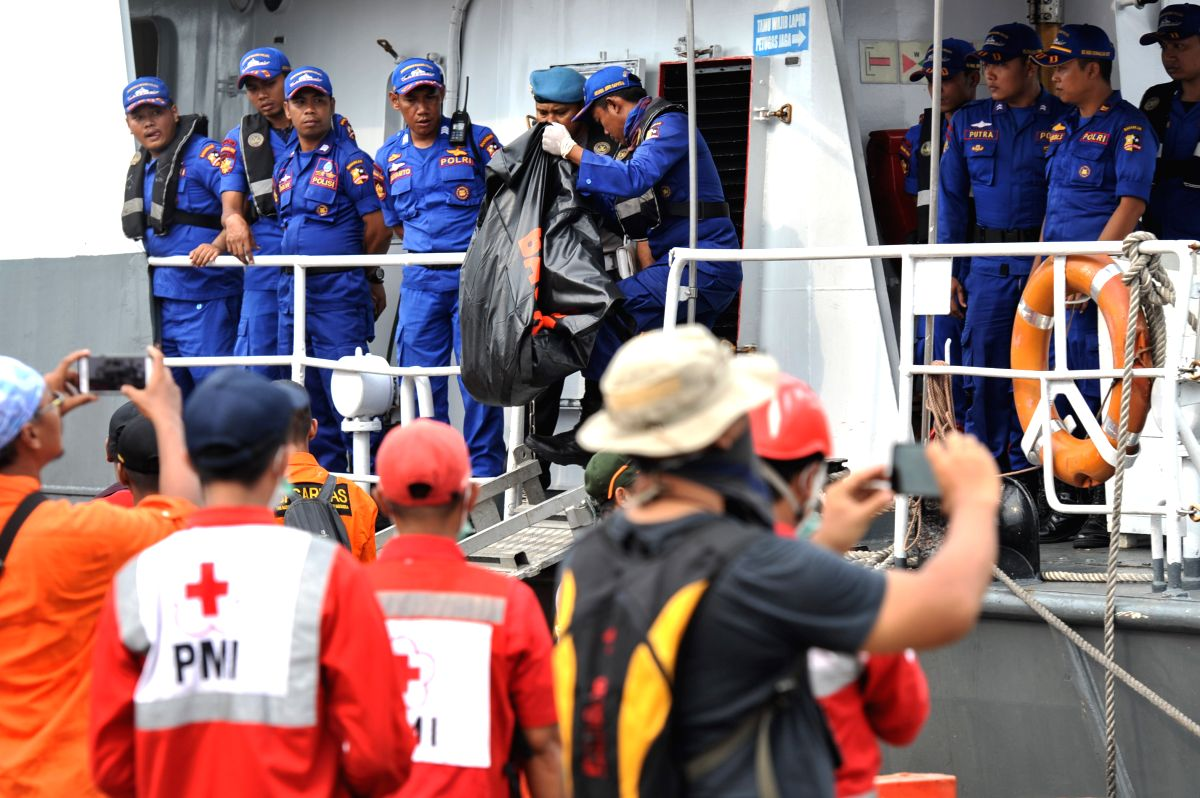 :Indonesian Search and Rescue (SAR) members carry a body bag containing victim of the crashed Lion Air JT 610, at the Tanjung Priok port, Jakarta, Indonesia, Oct. ...