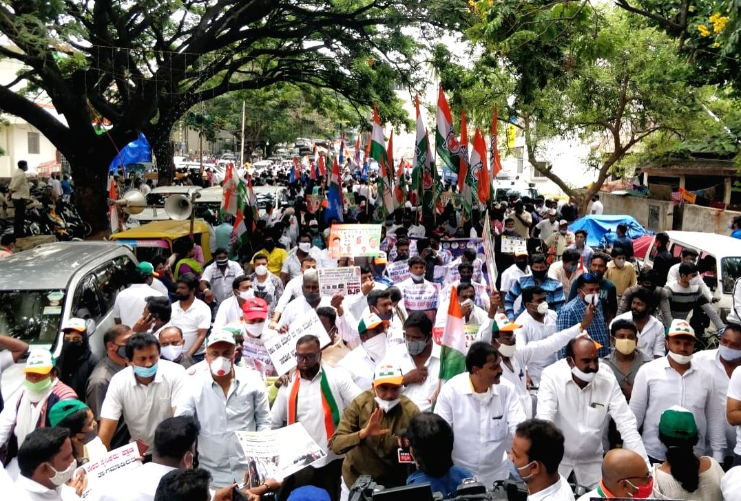 K'taka BJP supporters raise pro-Modi slogans at Cong rally