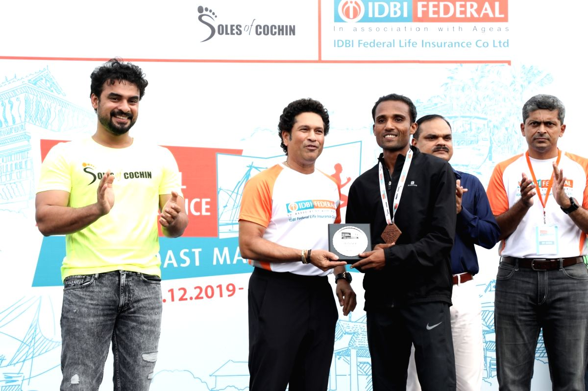 Kochi: Former cricketer Sachin Tendulkar accompanied by Malayalam actor Tovino Thomas and IDBI Federal Life Insurance Chief Marketing Officer Karthik Raman felicitates John Paul C, winner of IDBI Federal Spice Coast Marathon 2019 in Kochi on Dec 2, 2