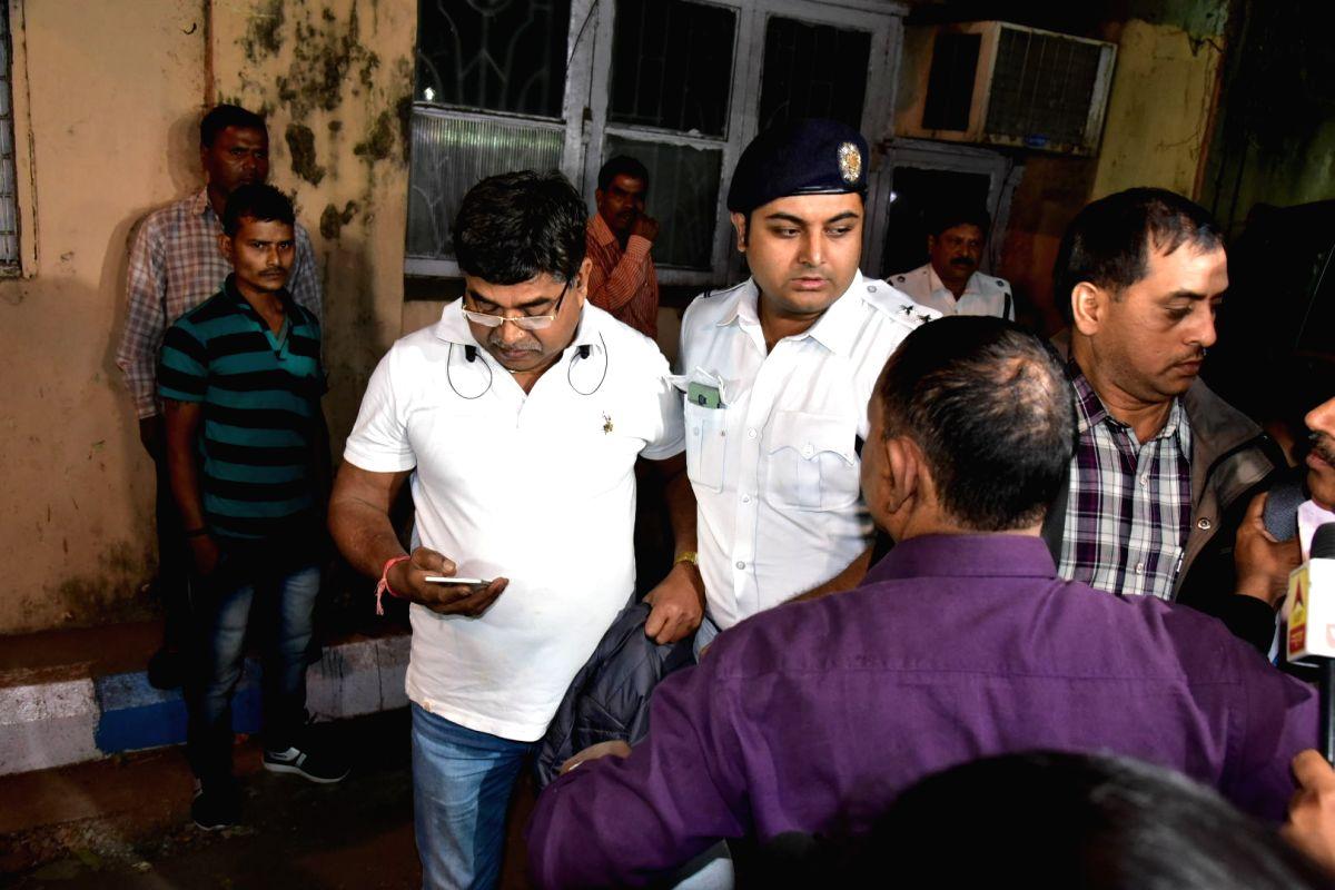 Kolkata: Kolkata police and CBI officials seen outside Kolkata police commissioner Rajeev Kumar's official residence on Loudon Street, Kolkata on Feb 3, 2019. There was a high drama in front of Kumar's residence on Sunday as a group CBI officers appr