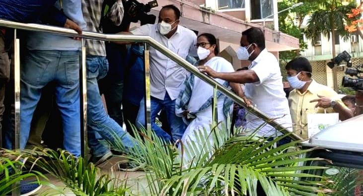 Kolkata: West Bengal Chief Minister Mamata Banerjee arrives at CBI office after arrest of West Bengal ministers, MLA in Narada case in Kolkata on Monday, 17 May, 2021.(Photo:IANS)