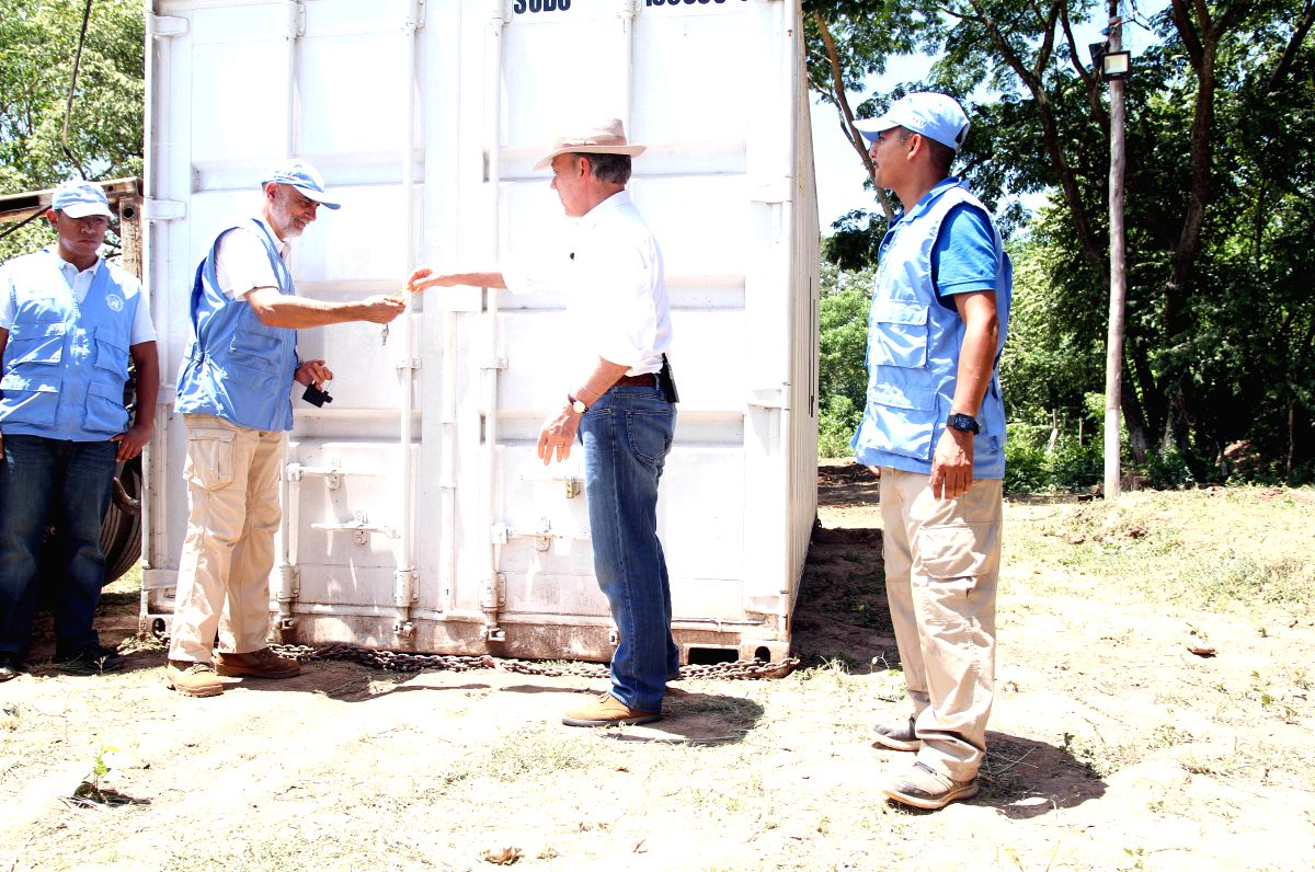LA GUAJIRA, Aug. 16, 2017 - Image provided by the Presidency of Colombia shows Colombian President Juan Manuel Santos (2nd R) delivering a key to a representative of the United Nations (UN) during ...