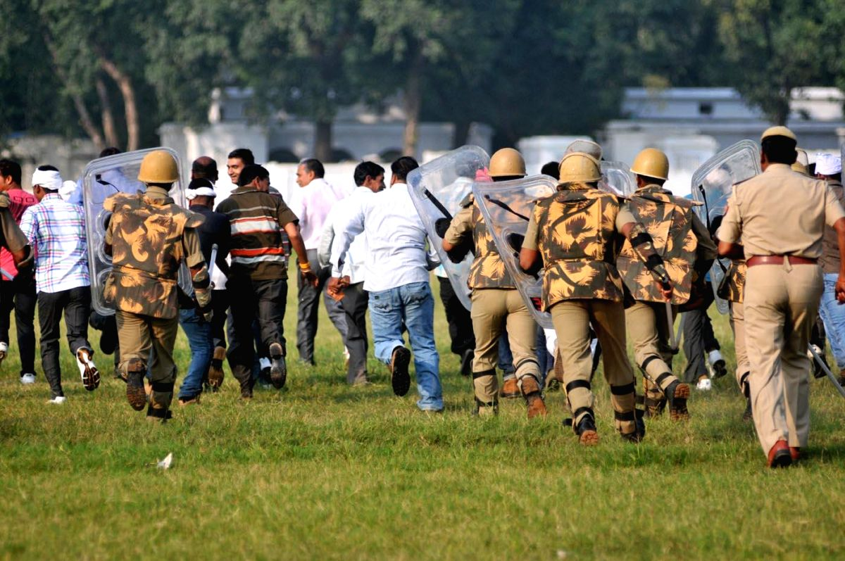 Lucknow: Policemen during a mock drill to tackle riots at Police Lines in Lucknow, on Oct.25, 2014.