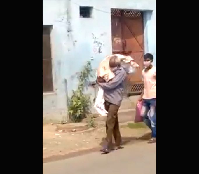 Man carries Covid positive daughter's body on shoulders for cremation.