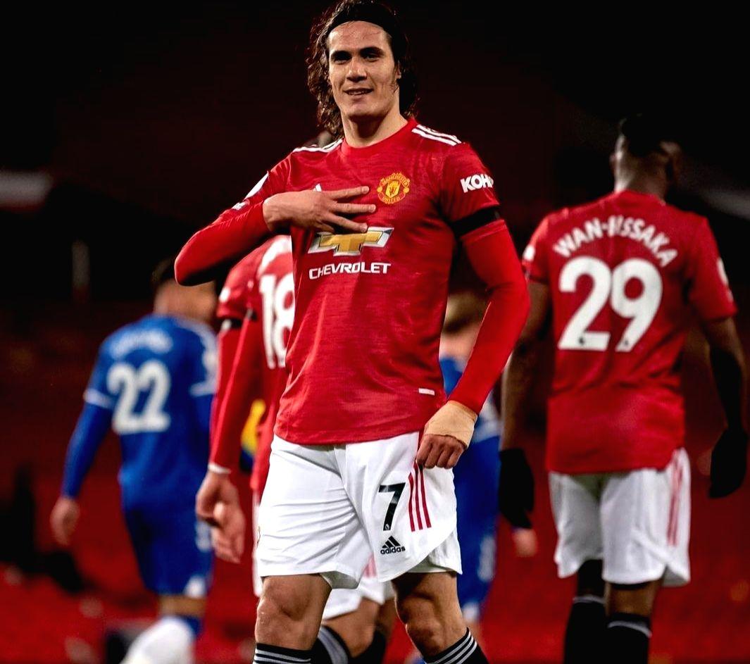 Manchester United extend Cavani's contracti