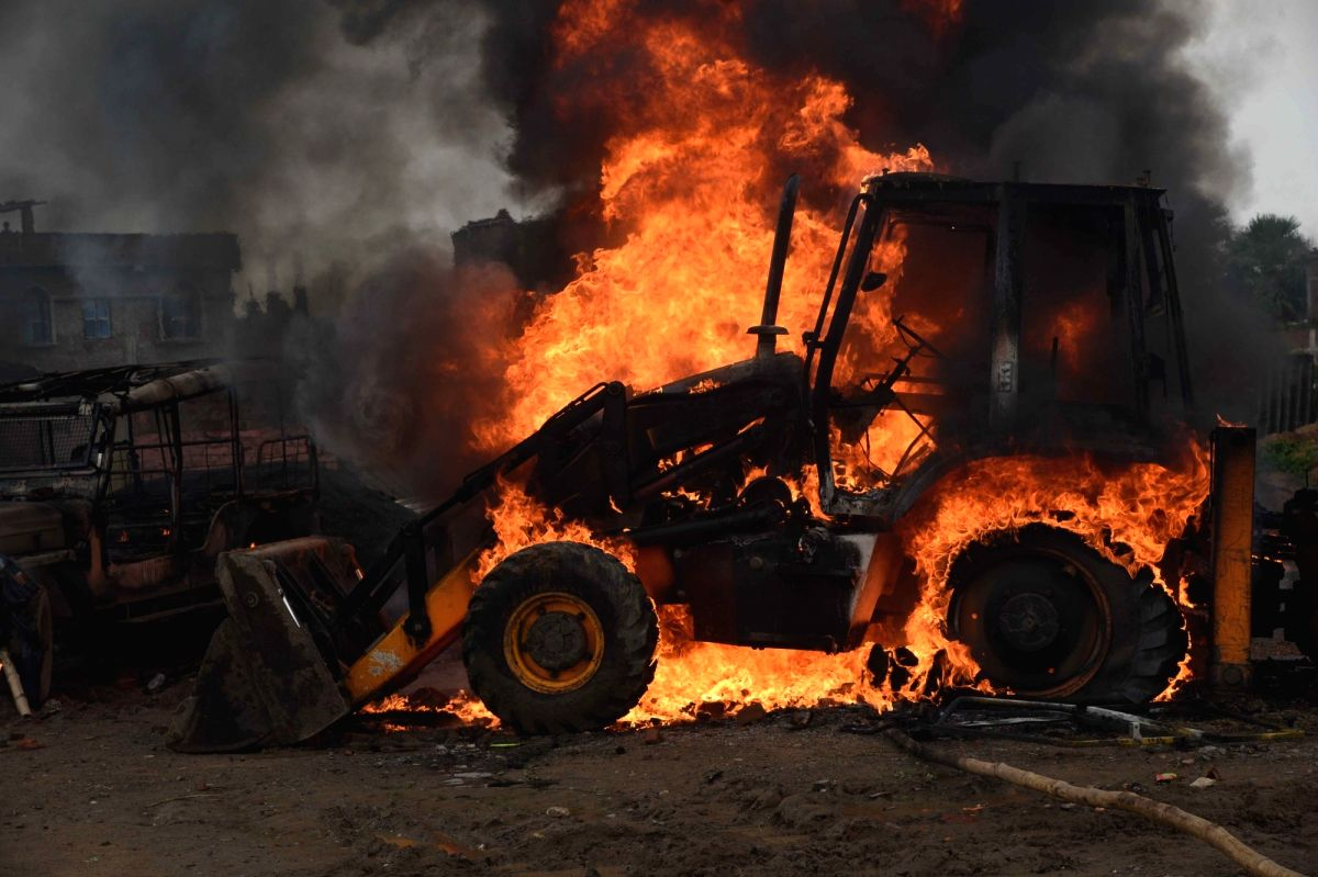 Maoists burn 6 road construction vehicles in Jharkhand