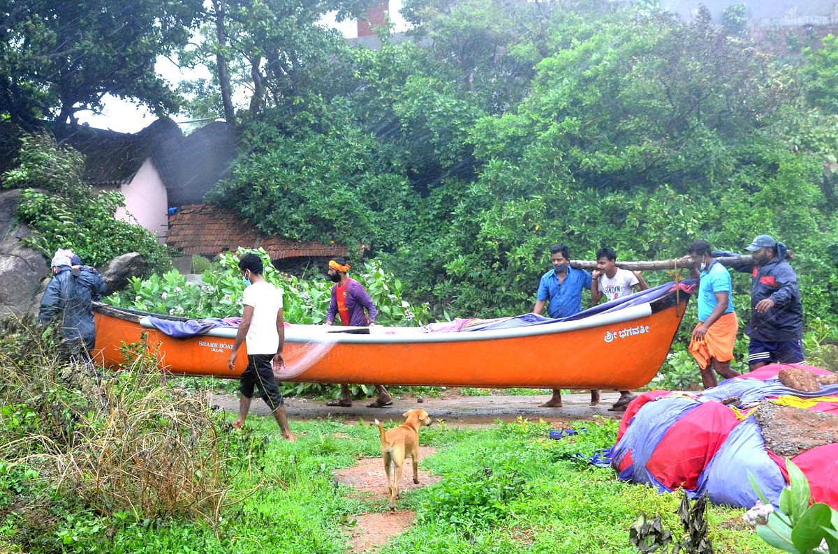 Missing Kerala fishing boat located off Mangaluru, all crew safe.