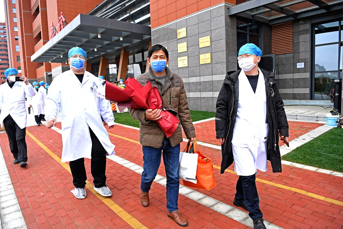 NANCHANG, Jan. 27, 2020 (Xinhua) -- A cured patient is discharged from the First Affiliated Hospital of Nanchang University in Nanchang, east China's Jiangxi Province, Jan. 27, 2020. The patient of the novel coronavirus pneumonia has been cured and d