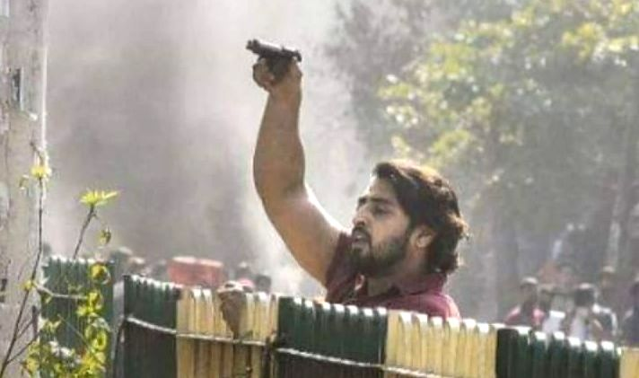 New Delhi: An unidentified youth seen with a gun at east Delhi's Maujpur on Feb 24, 2020.