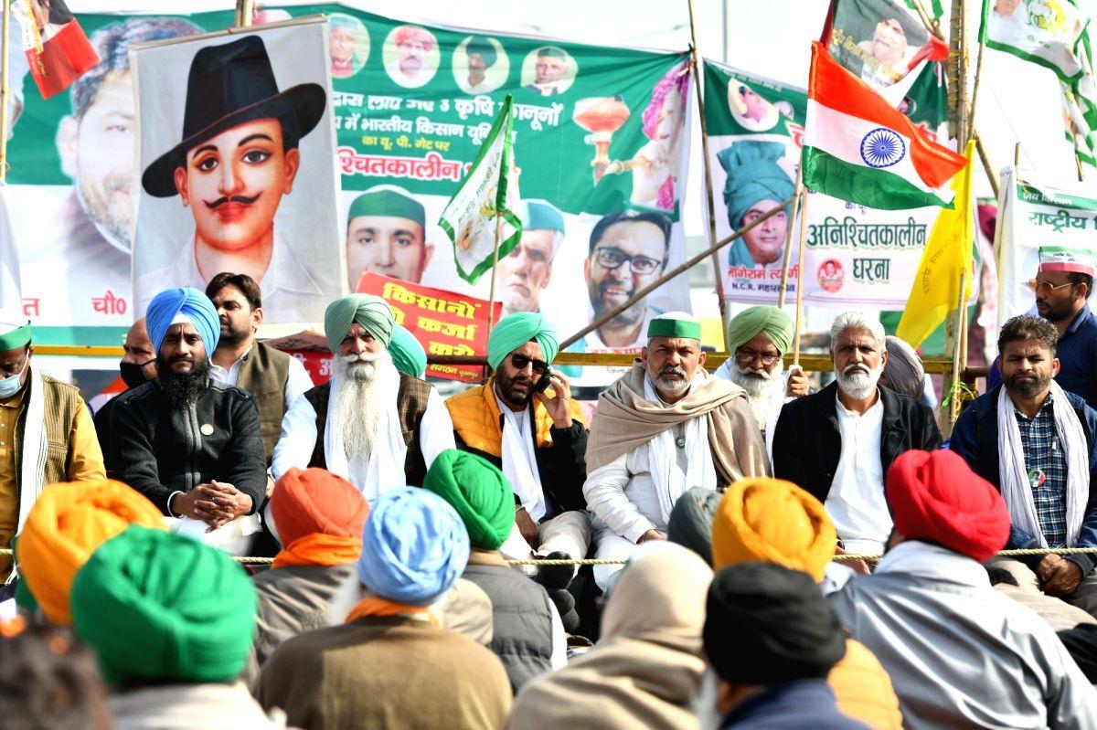 New Delhi: Bharatiya Kisan Union (BKU) spokesperson Rakesh Tikiat accompanied by other farmer union leaders, sit on 'dharna' at Delhi-UP's Ghazipur border on the 19th day of their agitation against the new farm laws, on Dec 14, 2020.