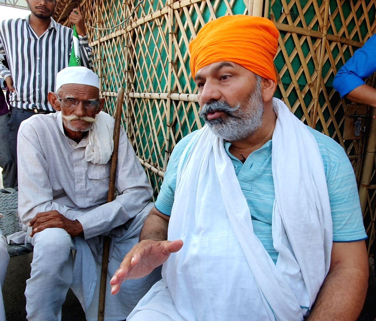 New Delhi: BKU leader Rakesh Tikait preparing Snacks for the agitating farmers, who have blocked National Highway against Farm law at Ghazipur border in New Delhi on Monday, September 27, 2021. (Photo: Anupam Gautam/ IANS)