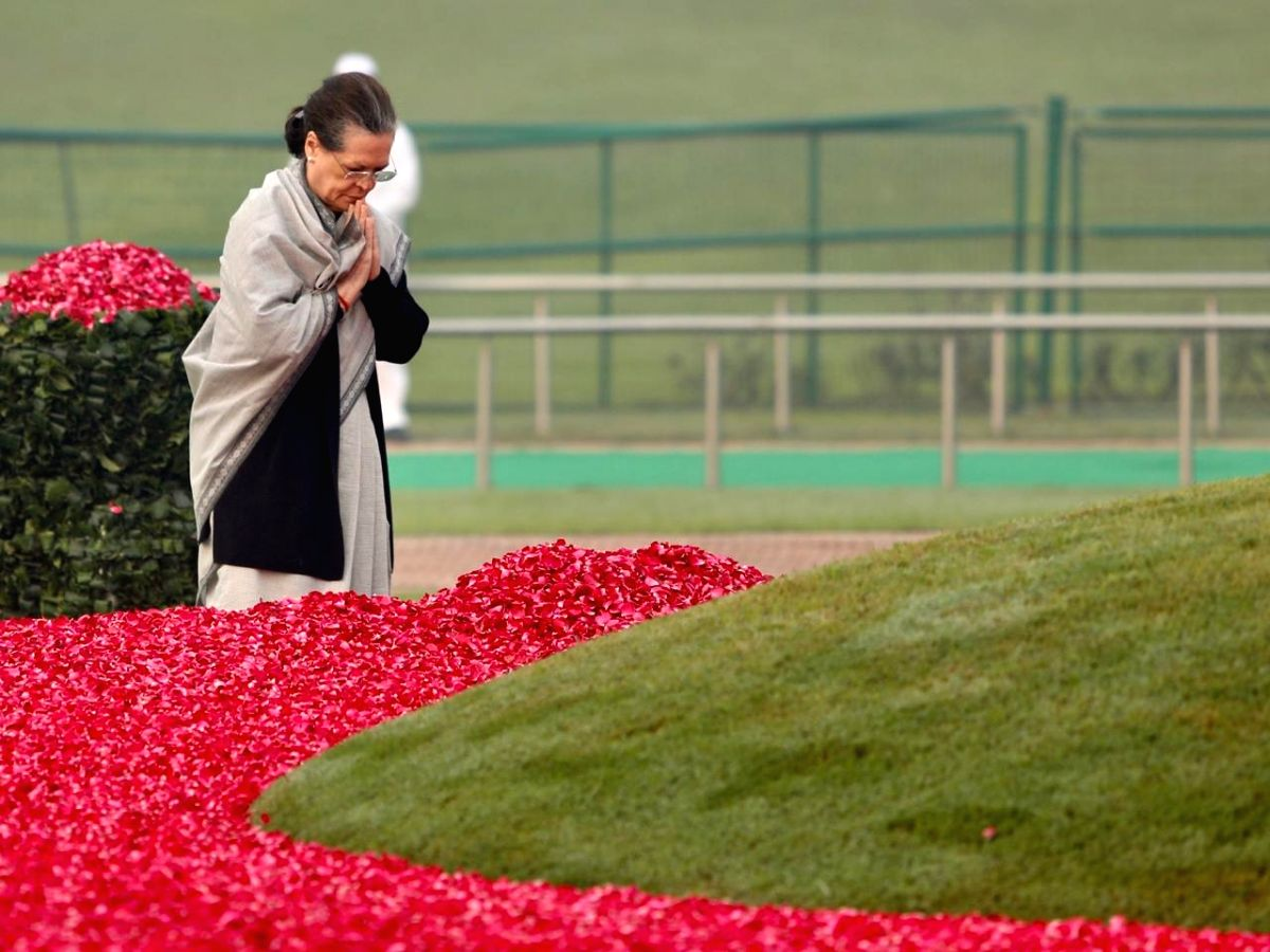 New Delhi: Congress president Sonia Gandhi paying floral tribute to mark 130th birth anniversary of Pandit Jawaharlal Nehru in New Delhi on Nov. 14, 2019.