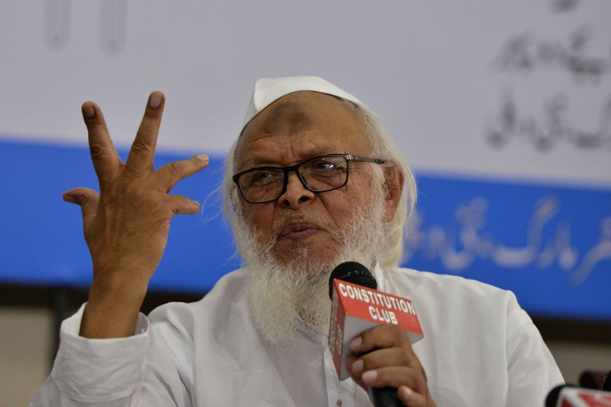 New Delhi: Jamiat Ulama-i-Hind president Maulana Syed Arshad Madani addressing media persons on communal harmony and national integration and for the protection of nationality of Assamese Hindus and Muslims during a press conference at Constitution C