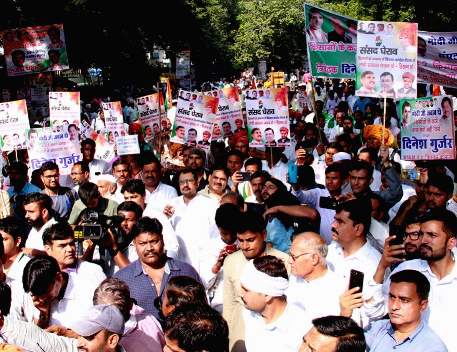 """:New Delhi: Kisan Khet Mazdoor Congress (KKMC) workers stage a demonstration against """"anti-farmer"""" policies of the BJP government; in New Delhi on Oct 23, 2018. ."""