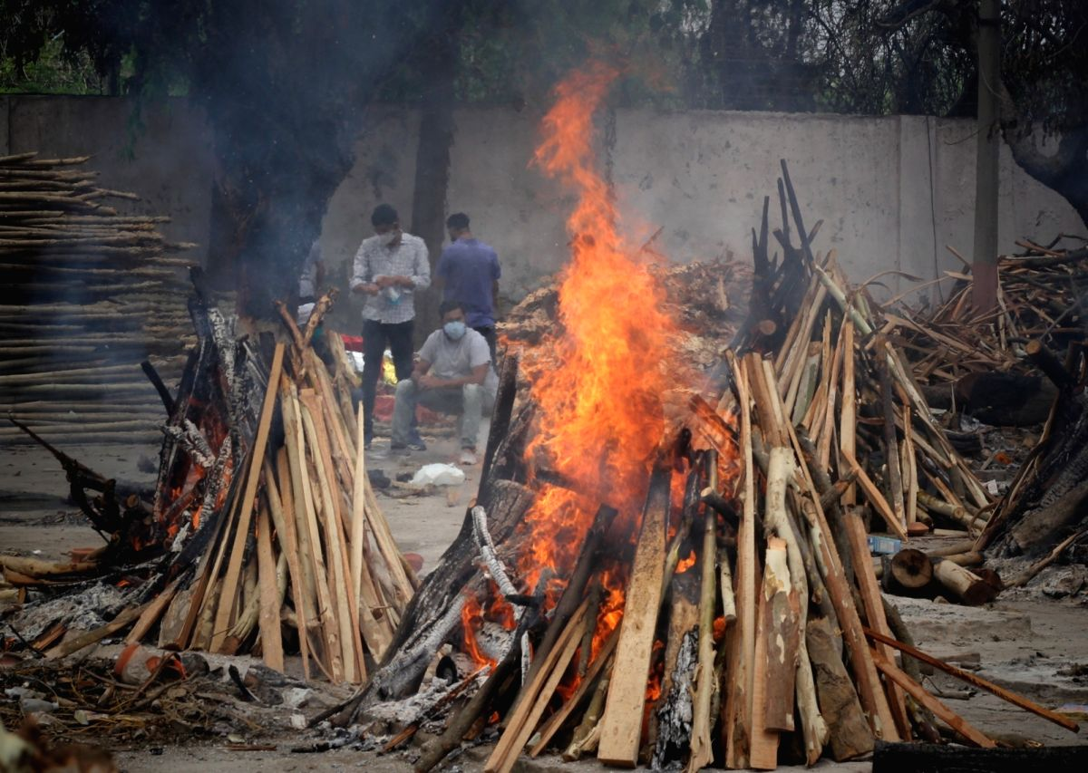 New Delhi : Mass cremation of the body of covid-19 affected victims for last rites at Gazipur crematorium in New Delhi on Friday, May 07, 2021. (Photo: Wasim Sarvar/ IANS)