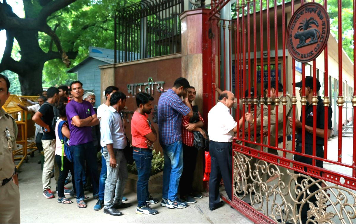 New Delhi: People queue up outside Reserve Bank of India to withdraw the new currency of Rs 50 and 200 denomination in New Delhi on Aug 25, 2017.