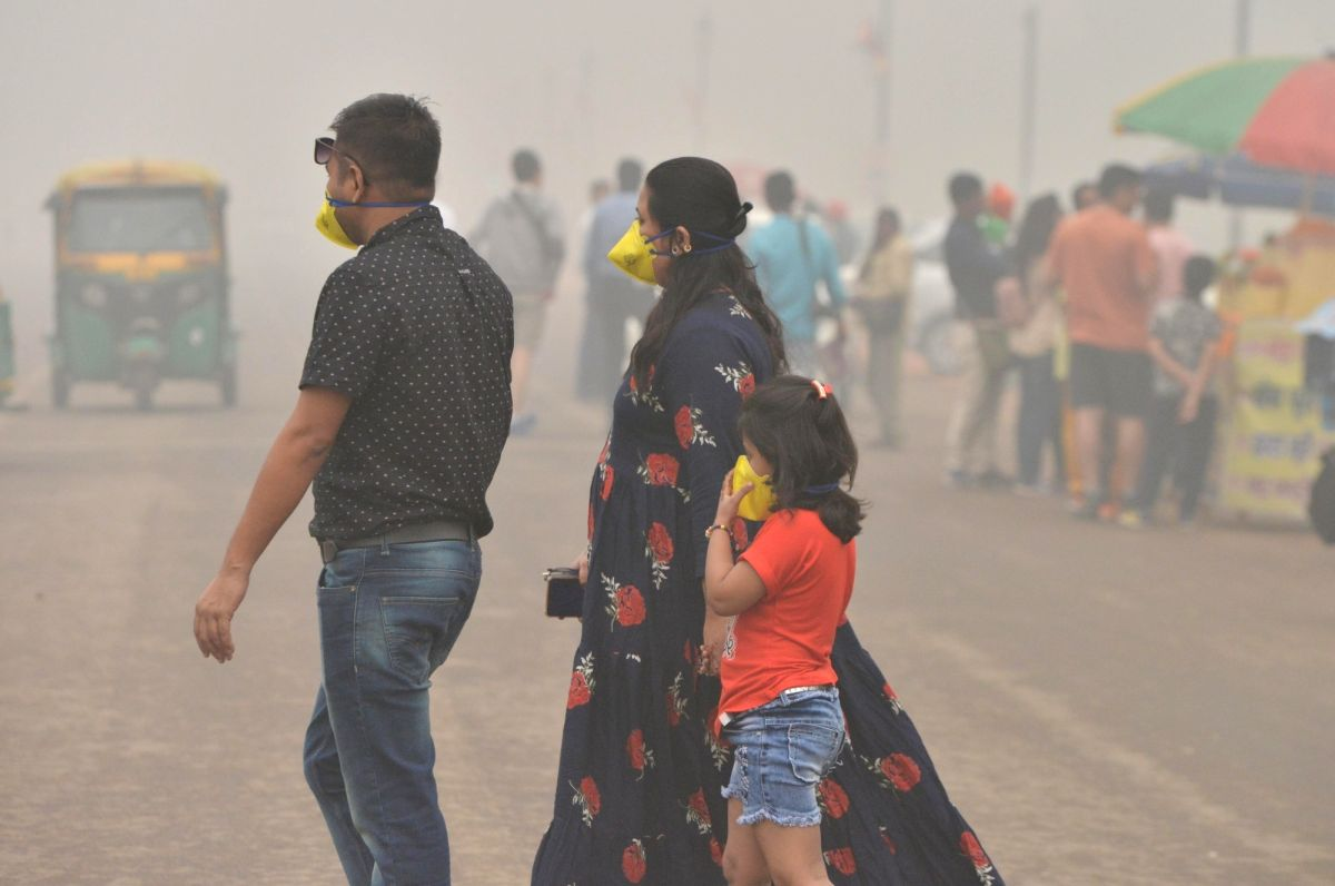 New Delhi: People wear masks to protect themselves from air pollution as smog engulfs New Delhi on Nov 3, 2019.