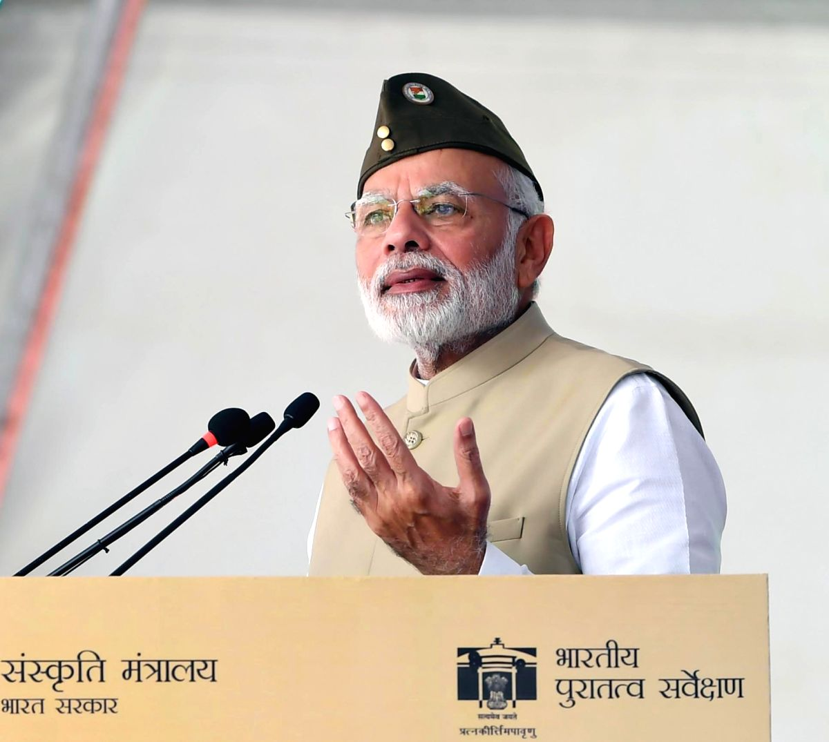 :New Delhi: Prime Minister Narendra Modi hoists the National Flag to commemorate the 75th anniversary of theformation of Azad Hind Government, at Red Fort in New Delhi Delhi on Oct 21, 2018. ...