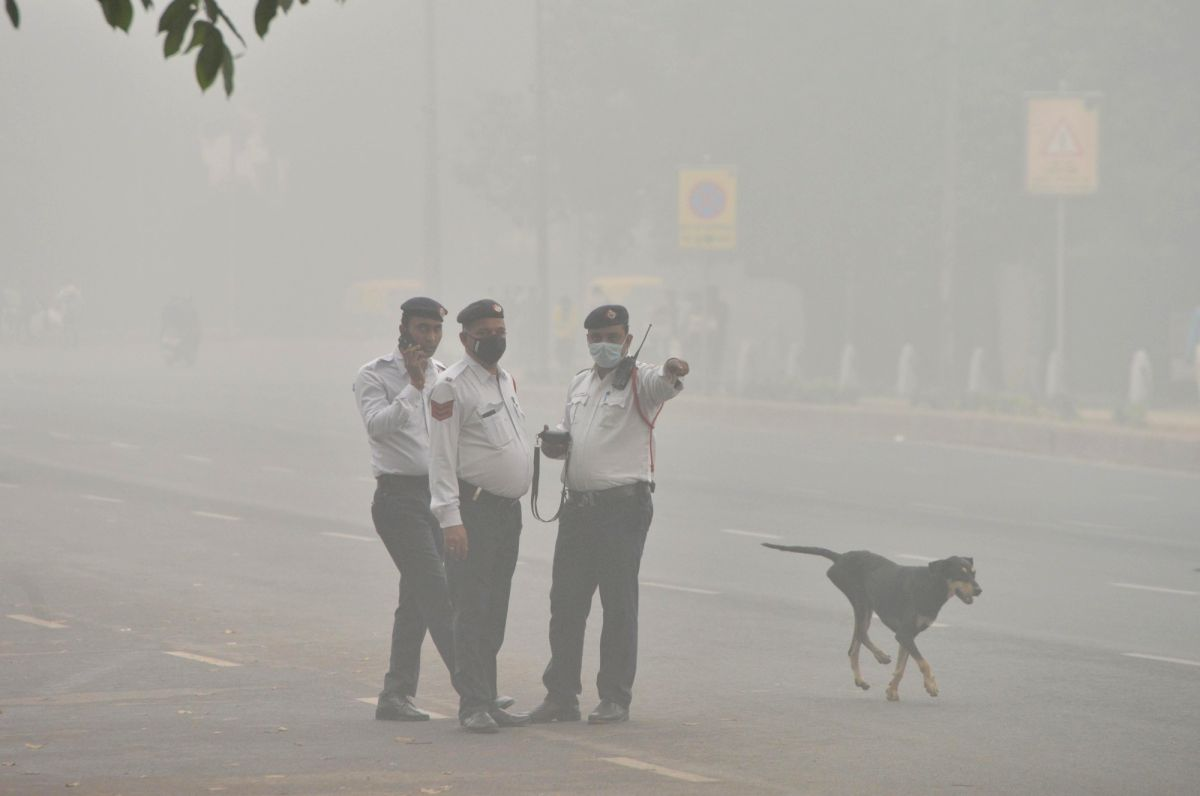 New Delhi: Traffic police personnel wear masks to protect themselves from pollution as smog engulfs New Delhi on Nov 3, 2019.