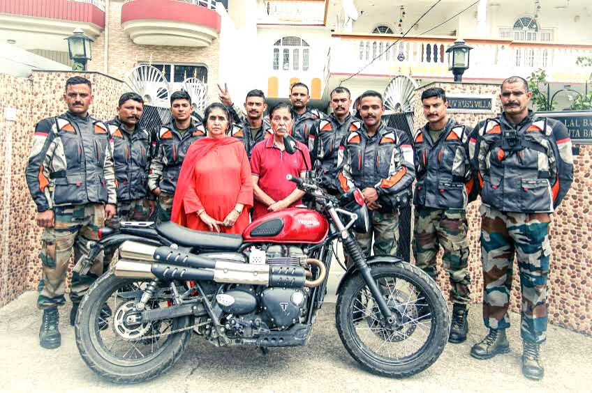 Palampur: Parents of captain Vikram Batra, PVC (P) with Kargil victory motorcycle expedition team, who has reached Palampur, Himachal Pradesh the birthplace of captain Vikram Batra from Kargil war memorial, to celebrate 20 years of Kargil victory, on