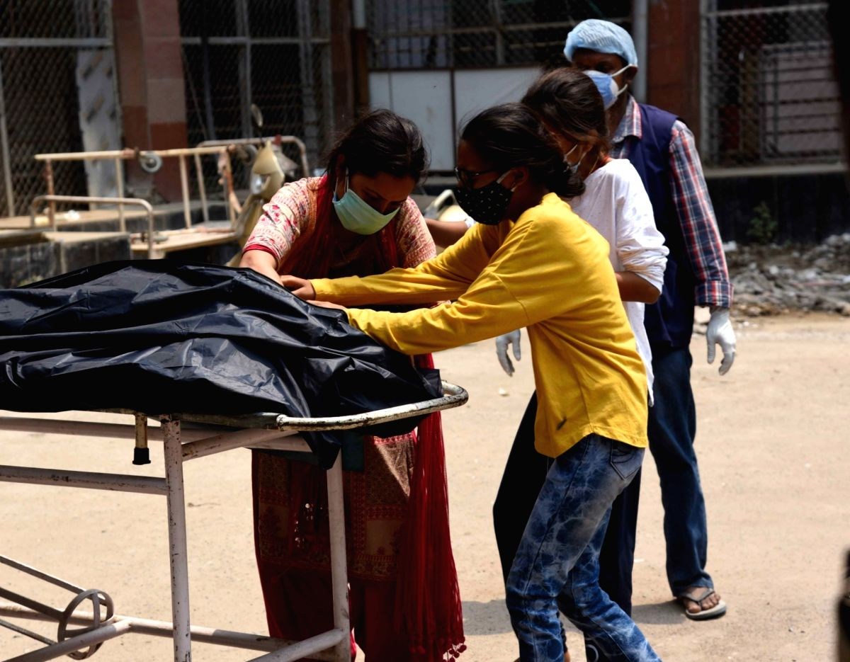 Patna: Family members mourn the death of a COVID-19 victim at Patna Medical College and Hospital (PMCH), during the second wave of the coronavirus pandemic , in Patna, Wednesday, May 5, 2021 (Photo: AFTAB ALAM SIDDIQUI/IANS)