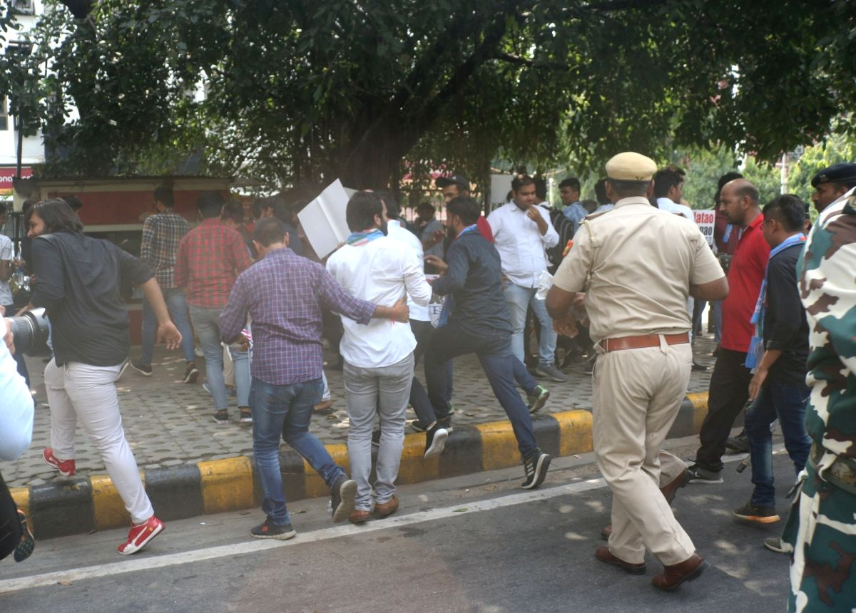 Police detains DUSU President, ABVP members while protest against Delhi govt