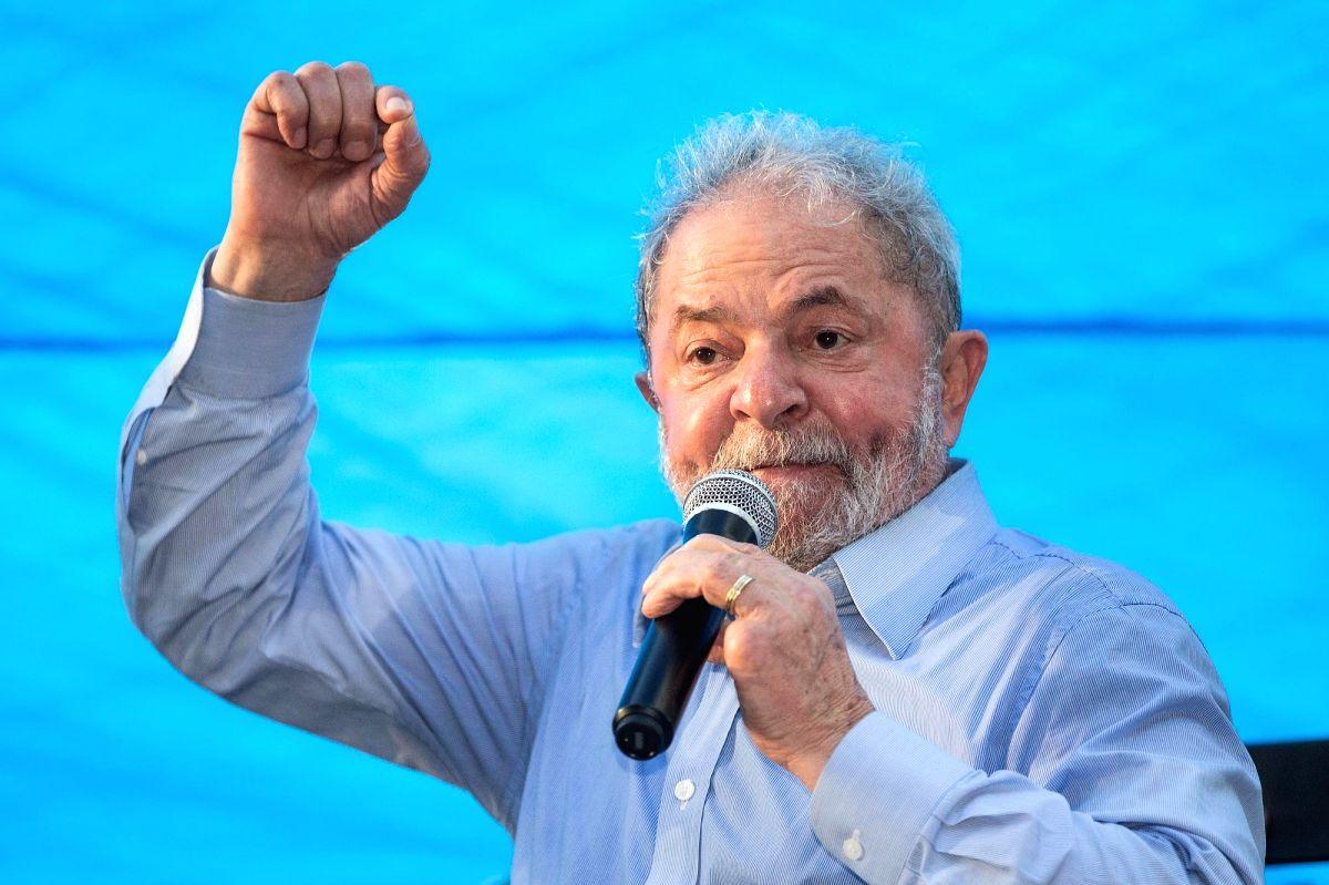 PORTO ALEGRE, Jan. 24, 2018 (Xinhua) -- Brazil's former president Luiz Inacio Lula da Silva gestures to his supporters in Porto Alegre, Brazil, on Jan. 23, 2018. Luiz Inacio Lula da Silva is awaiting the outcome of his appeal against a corruption con