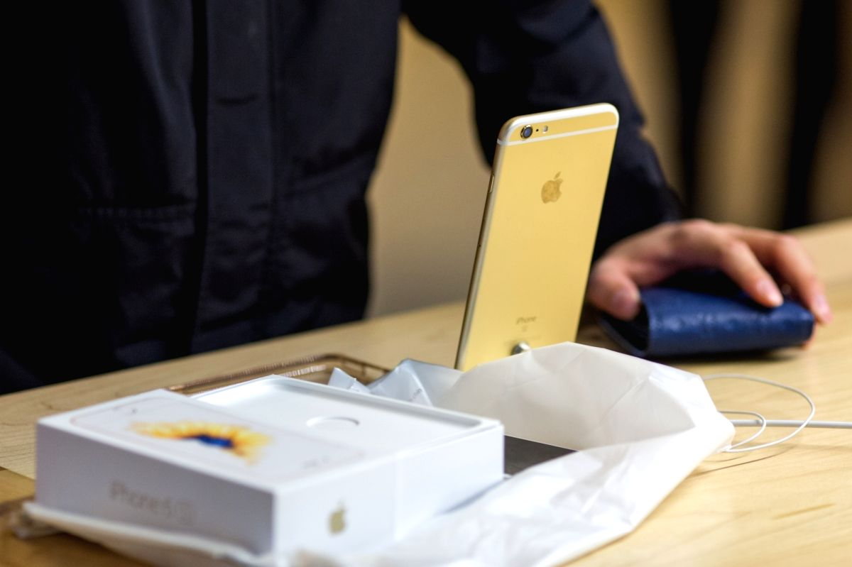 PORTOVIEJO, April 22, 2016 (Xinhua) -- NEW YORK, April 28, 2016 (Xinhua) -- A customer makes a purchase of an iPhone 6S at the Apple store in the Grand Central Terminal in New York, United States, April 28, 2016. Apple Inc. on Tuesday released fiscal