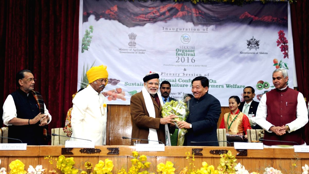 Prime Minister Narendra Modi being welcomed by Sikkim Chief Minister Pawan Kumar Chamling, at the plenary session of National Conference on Sustainable Agriculture & Farmers Welfare, in ...
