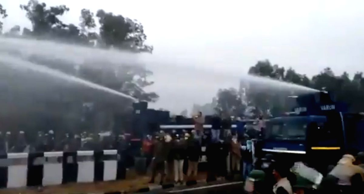 Protesting farmers face water cannons in Hry, manage to move ahead. (Photo: twitter)