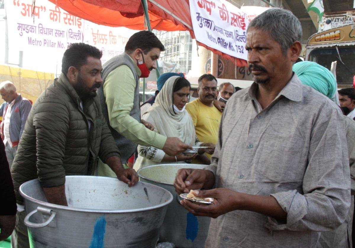 Punjab Police SI serves food to farmers on Singhu border