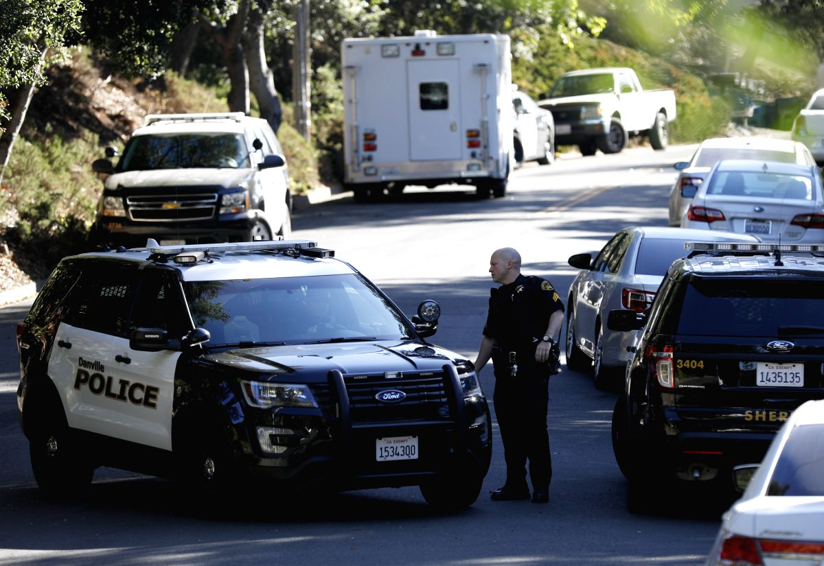 SAN FRANCISCO, Nov. 2, 2019 (Xinhua) -- A police officer works at the site of a shooting incident in Orinda, northern California, the United States, Nov. 1, 2019. Four people were killed and several others wounded in the shooting at a Halloween house