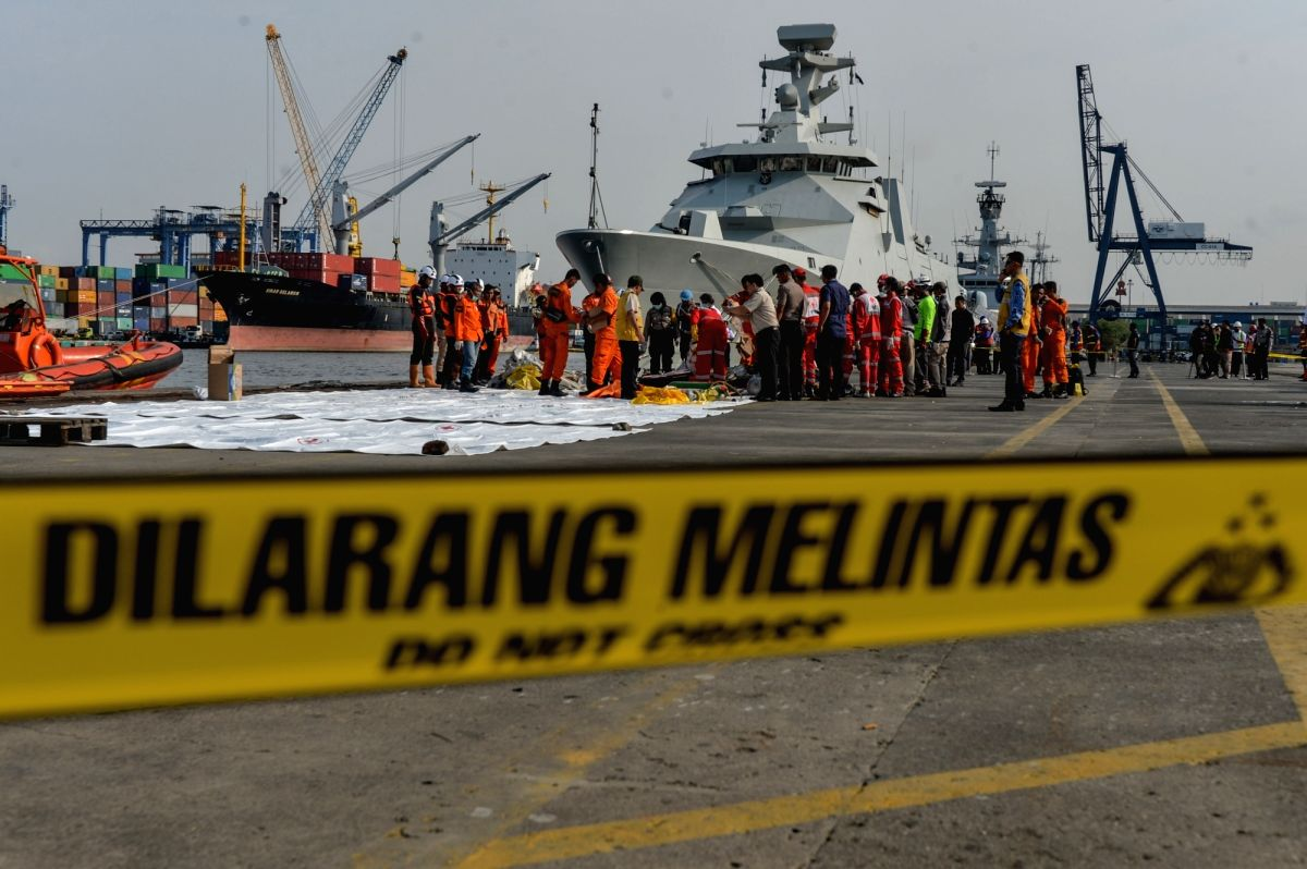 :Search and Rescue officers collect the debris and passengers'personal items of the Lion Air JT610 that crashed into the sea off Karawang of West Java ...