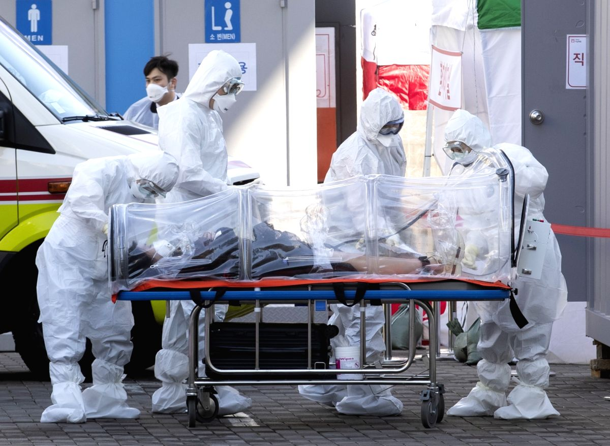 SEOUL, March 11, 2020 (Xinhua) -- Medical workers transfer a patient to a hospital in Seoul, South Korea, March 11, 2020. South Korea confirmed 242 more cases of the COVID-19 on Tuesday, raising the total number of infections to 7,755. Six more death