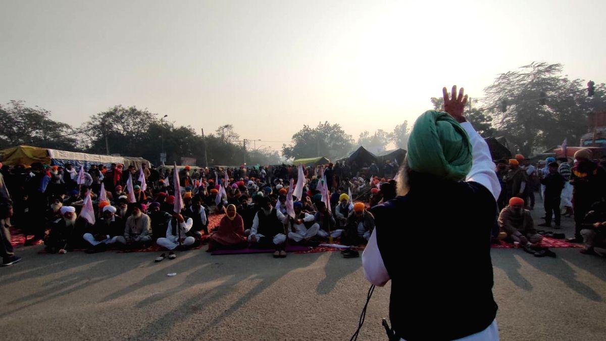 Farmers listen to 'kirtan' to commemorate Guru Nanak's birth anniversary