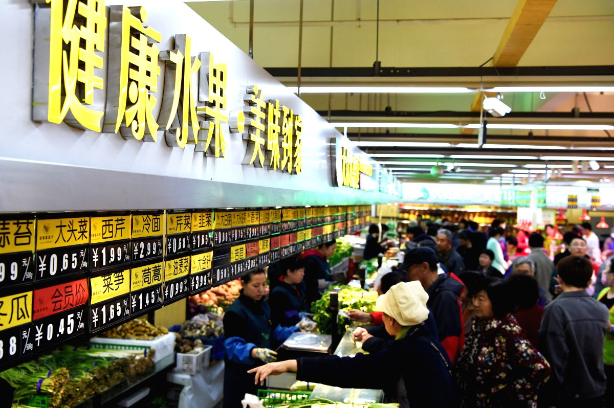 SHENYANG, April 12, 2017 (Xinhua) -- Consumers select vegetables at a market in Shenyang, capital of northeast China's Liaoning Province, April 10, 2017. China's consumer price index (CPI), a main gauge of inflation, grew 0.9 percent year on year in