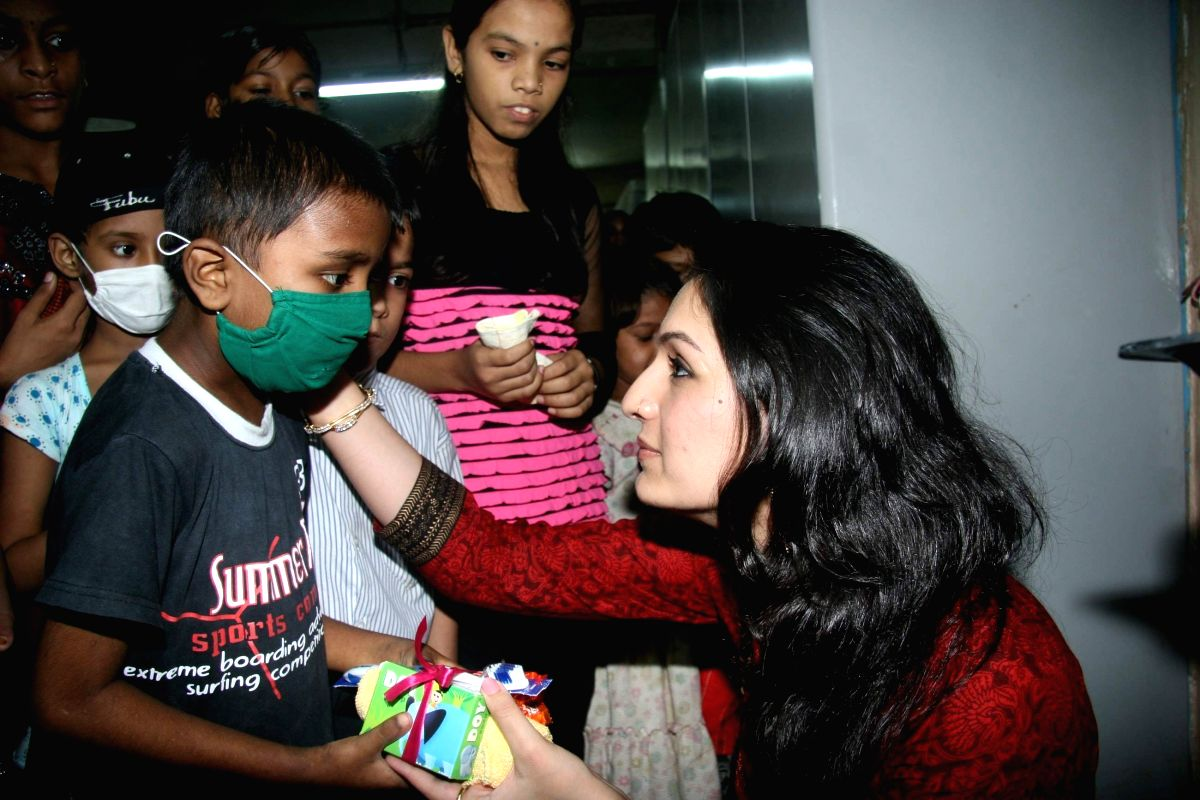 Akriti (singer) Celebrates the day with AIDS patients