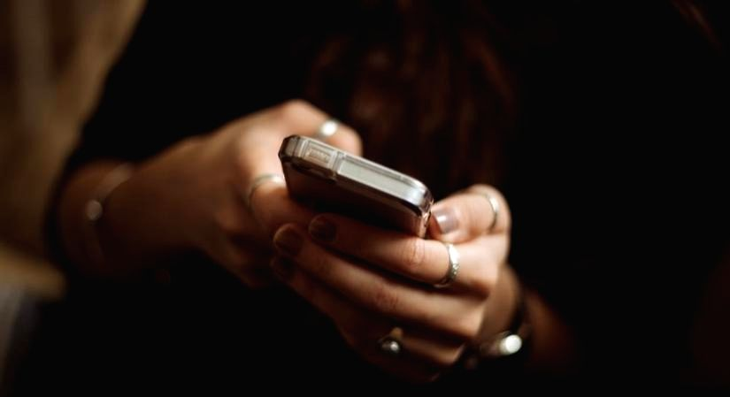 Social media FOMO actively hurts job performance: Study