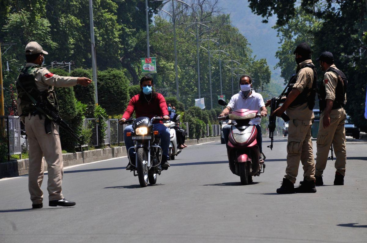 Srinagar: Corona curfew continues across UT-Jammu and Kashmir on Friday, 28 May, 2021.(Photo: Nissar Malik/IANS)