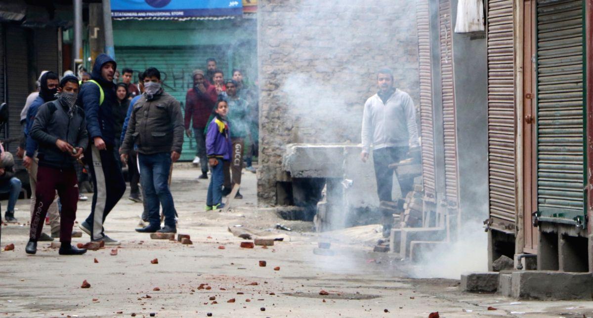 Srinagar: Protesters clash with security personnel after National Investigation Agency (NIA) raided the Srinagar residence of Jammu and Kashmir Liberation Front (JKLF) chairman Yasin Malik, in Srinagar on Feb 26, 2019.