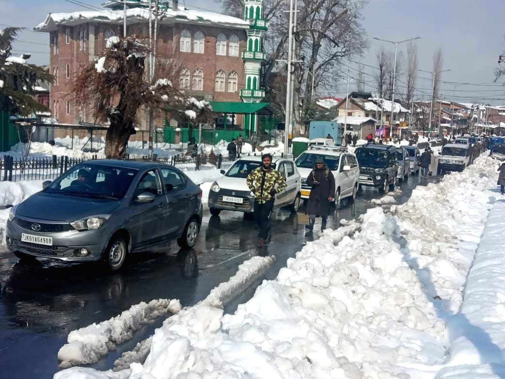 Srinagar:  Traffic between Kashmir and the rest of the country was restored on Thursday after remaining suspended for four days due to snowfall in the valley
