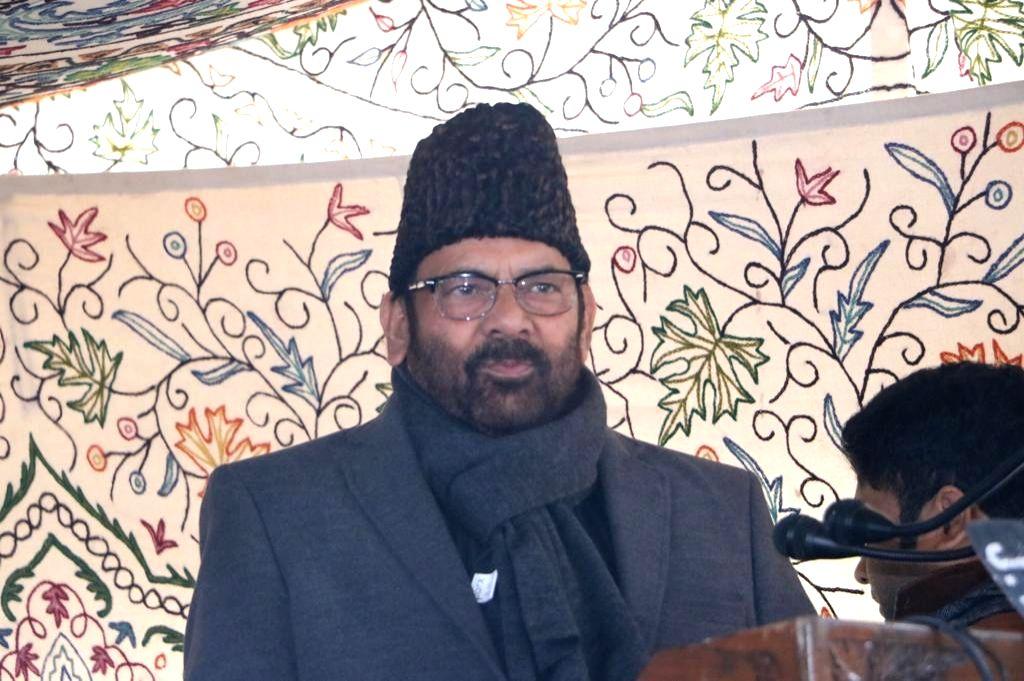 Srinagar: Union Minority Affairs Minister Mukhtar Abbas Naqvi addresses a gathering during a public outreach programme in Srinagar on Jan 21, 2020.