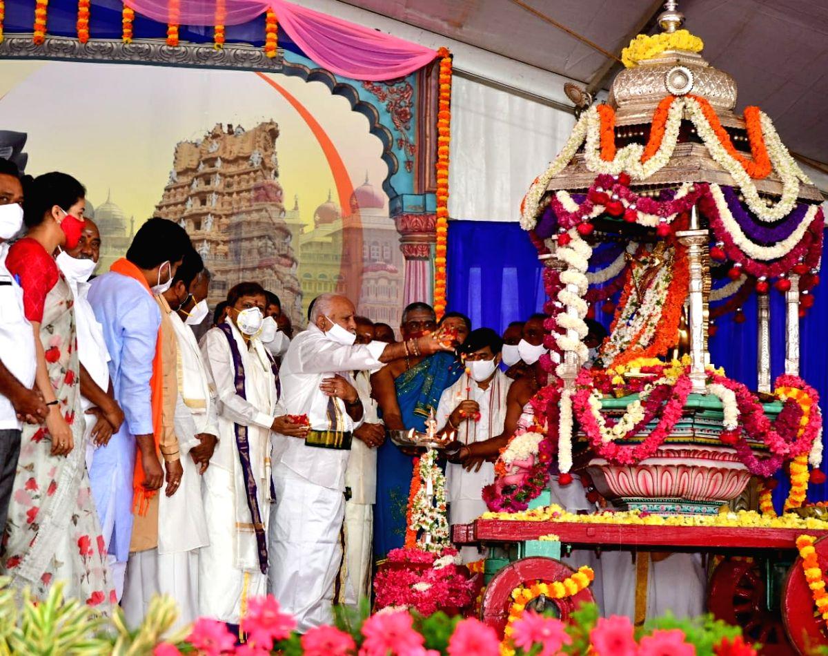 Subdued Dasara festival begins in Mysuru amid pandemic scare.