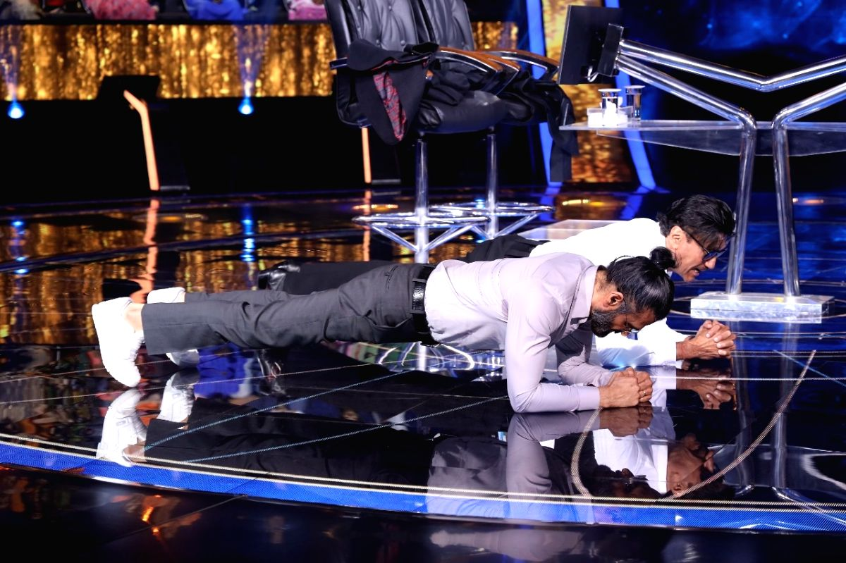 Suniel Shetty, Jackie Shroff flex muscles on 'KBC 13', Big B impressed.