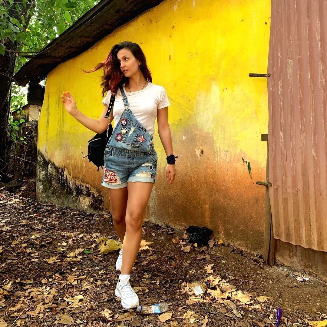 Swedish-Greek actress Elli AvrRam on Wednesday shared holiday vibes from Goa. In a set fo new Instagram photos, Elli is seen at a little wayside shop.
