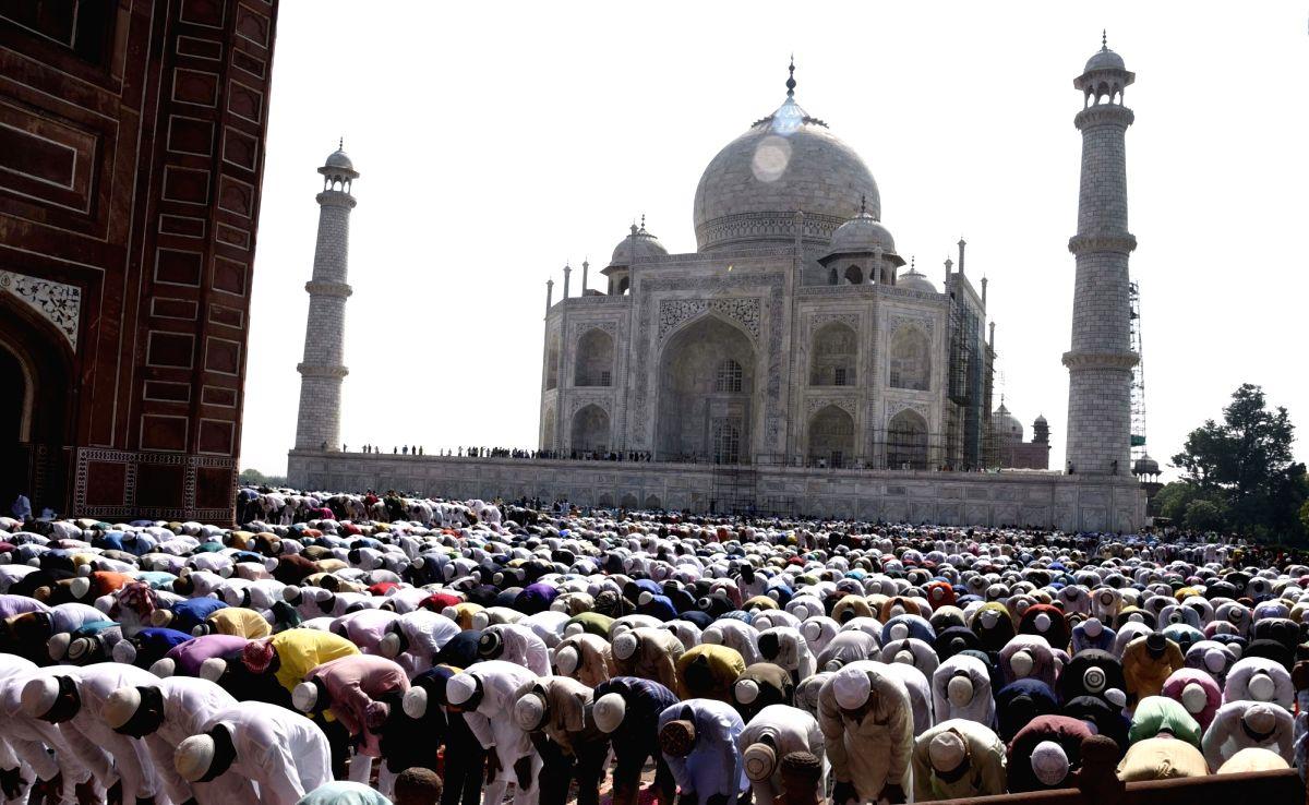 People praying by Taj