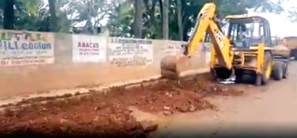 The Bruhat Bengaluru Mahanagara Palike (BBMP) promptly responded to a novel complaint of street artist Baadal Nanjundaswamy by fixing potholes on which he amoon-walked', dressed as an astronaut on Sunday to expose the pathetic condition of roads in I