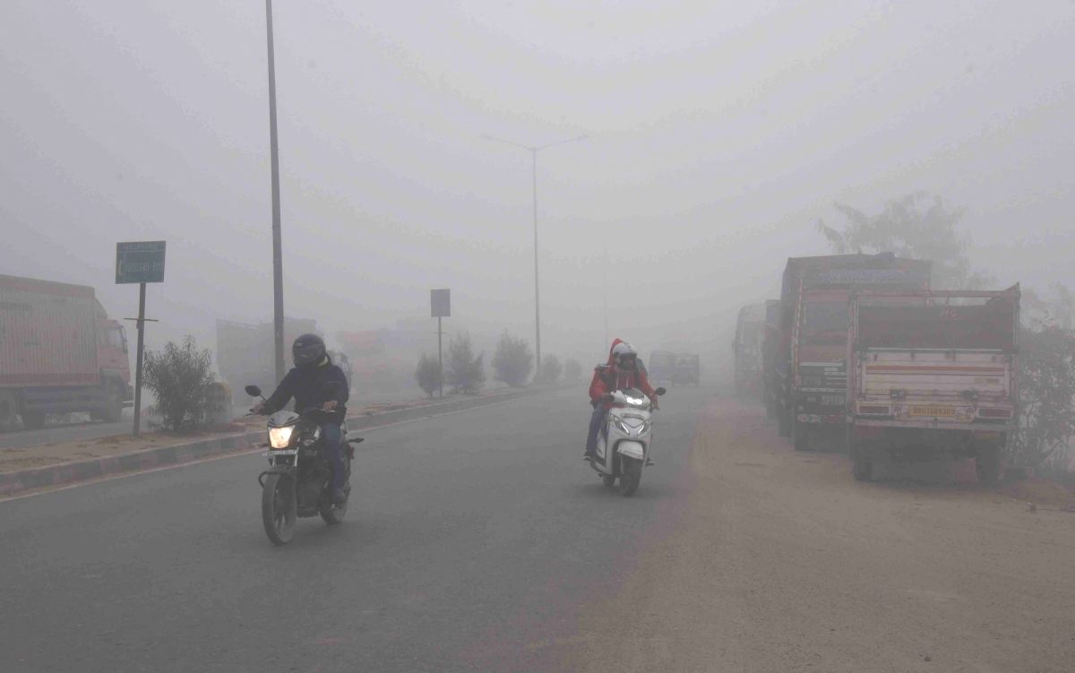 Thick fog engulfs Lucknow, cold wave continues in UP
