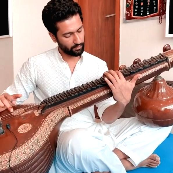 Vicky Kaushal plays 'Ae watan' on Veena to celebrate Independence Day
