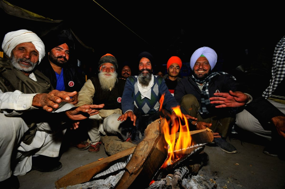 With bonfire and camaraderie, Singhu welcomes 2021.